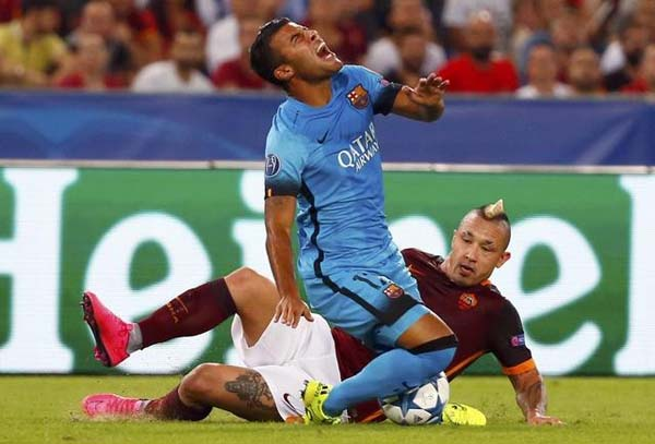 AS Roma's Nainggolan challenges Barcelona's Rafinha during their Champions League match at the Olympic stadium in Rome